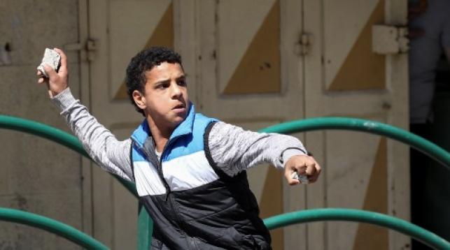 נער פלסטיני מיידה אבנים. אילוסטרציה