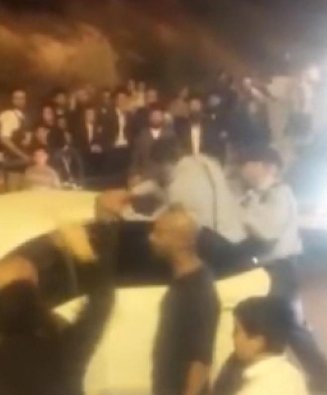 תיעוד קשה: שוטר מכה מפגין חרדי שוב ושוב
