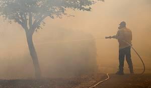 כבאי נלחם באש. ארכיון - גל השריפות: כך נהגו ה'גדולים' בזמן שריפה