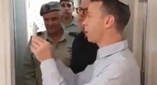 """צפו: עמית סגל קובע מזוזה באולפן גל""""צ בירושלים"""