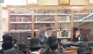 תיעוד: הרבי מאלכסנדר חזר לבית המדרש