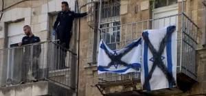 שוטרים קפצו מהמרפסת של השכן והסירו דגלים מרוססים