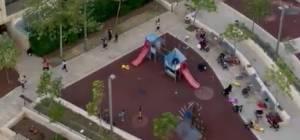 צפו: אימהות וילדים נמלטים מגן השעשועים