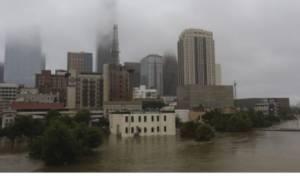 יוסטון מוצפת - טקסס ביקשה סיוע פדרלי; טראמפ בא לביקור