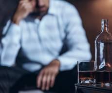 שני גברים שתו אלכוהול מזויף והתעוורו כליל