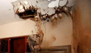 נזקי פגיעה ישירה של רקטה. ארכיון - נס: רקטה מעזה פגעה בבית, ולא התפוצצה