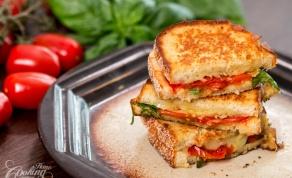 סנדוויץ' קלוי עם עגבניות צלויות וגבינה - צפו: זו הדרך הכי מוצלחת להכין טוסט מפנק באמת