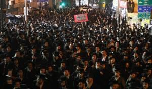 """אלפים הפגינו נגד """"עקירת הדת"""" בקורונה"""