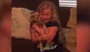 צפו והתרגשו: התגובה של הילדה לבובה