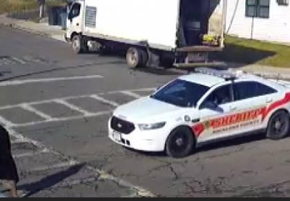 צפו: שריף המחוז דרס את האישה החסידית