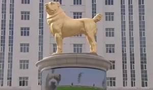נשיא חנך פסל זהב בדמות כלבו האהוב. צפו
