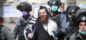 צפו: השוטרים עצרו מתפללים במאה שערים