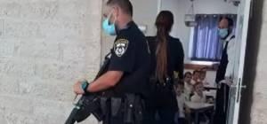 שוטרים עם רובים שלופים, מול ילדים • צפו