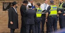 השוטרים בבית הכנסת
