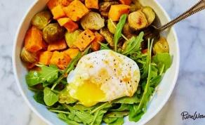 בראנץ' בריאות עם ירקות צלויים וביצה עלומה - בראנץ' בריאות עם ירקות צלויים וביצה עלומה