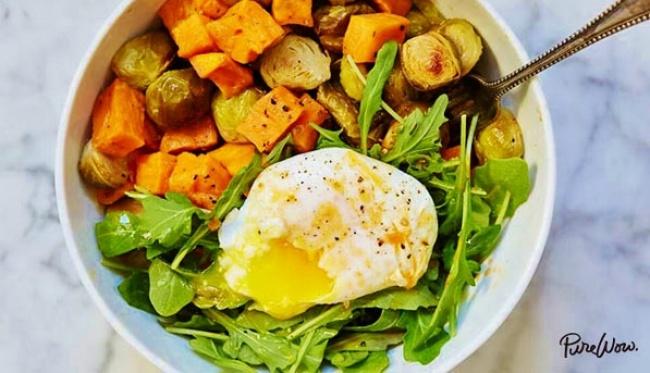 בראנץ' בריאות עם ירקות צלויים וביצה עלומה