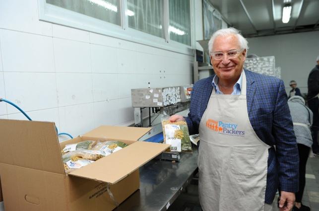 """מתנדב מפתיע: שגריר ארה""""ב ארז מנות אוכל"""