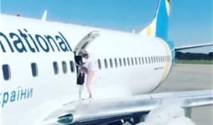 מטורף: יצאה מפתח המטוס וצעדה על כנפיו