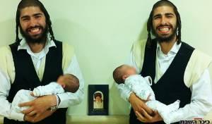 האחים התאומים יחד עם הבנות שנולדו