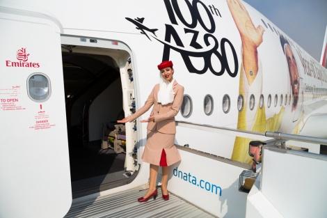 אילוסטרציה: דיילת חברת אמירייטס איירליינס - דובאי: דיילת נפלה אל מותה מדלת החירום של המטוס