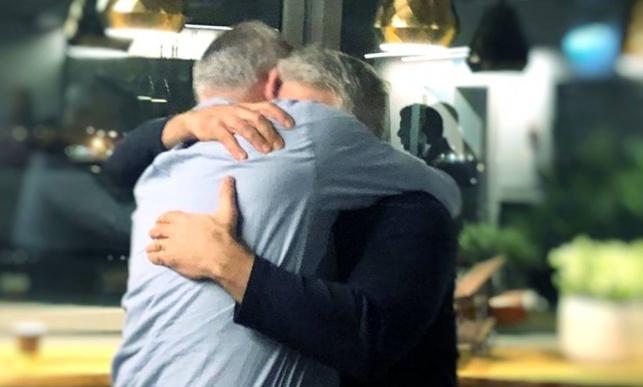 לפיד וגנץ מתחבקים