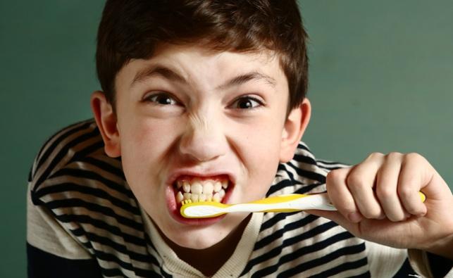 ילד מצחצח שיניים. ארכיון