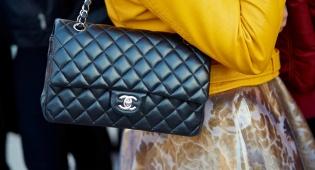 שאנל קלאסי עם רצועת שרשרת מתכת בשבוע האופנה במילאנו - 6 טרנדים של תיקי יד לוהטים לסתיו הקרוב