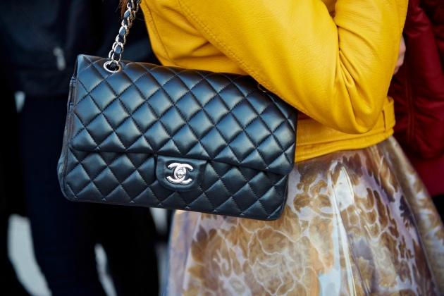 שאנל קלאסי עם רצועת שרשרת מתכת בשבוע האופנה במילאנו