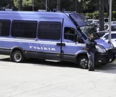 שוטרים וחיילים חמושים מאבטחים את הרבנים