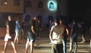 התושבים ההמומים בזירת זריקת הרימון, ליד המסגד - אלימות ומתיחות בכפרו של השוטר שנרצח