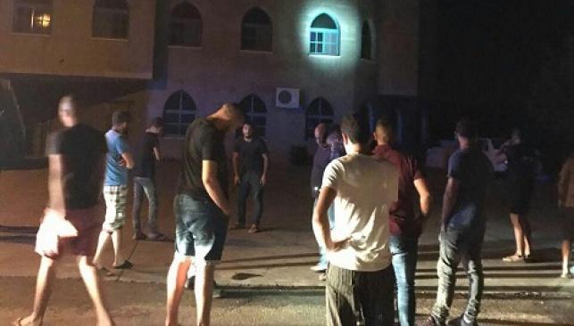 התושבים ההמומים בזירת זריקת הרימון, ליד המסגד