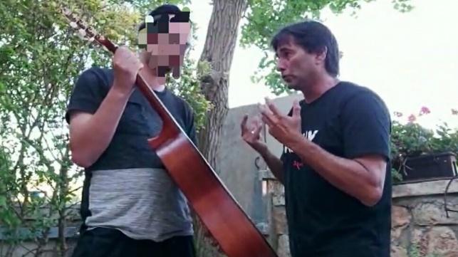 העובד החרדי שעבר התעללות - קיבל גיטרה