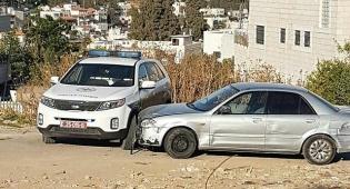 החשוד נגח את הניידת השאיר את הרכב ונמלט - נתפס ללא רישיון ונמלט ברוורס • צפו בתיעוד