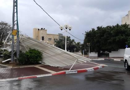בסרטון: חפצים מתעופפים מאתר בניה בתל אביב