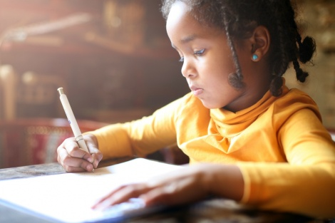 תנו להם להתמודד עם שיעורי הבית בעצמם - עוזרים לילדים בשיעורי בית? הציונים שלהם בסכנה