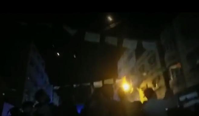 צפו: המוני עזתים צוהלים מהרקטות לישראל