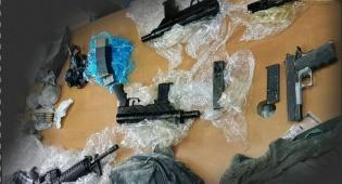 כלב משטרתי מצא ארבעה כלי נשק מוסתרים