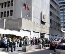 """התור בכניסה לשגרירות ארה""""ב, בתל אביב. אילוסטרציה - שיפור: חידוש ויזה לארה""""ב - ללא ראיון אישי"""