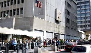 """התור בכניסה לשגרירות ארה""""ב, בתל אביב. אילוסטרציה"""