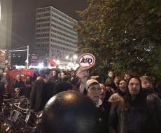 """מפגינים נגד מפלגת הימין הקיצוני """"נאצים החוצה"""" - גרמניה: הימין הקיצוני חגג, מאות הפגינו נגד"""