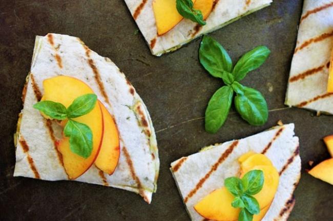 קסדייה במילוי אפרסקים ומוצרלה