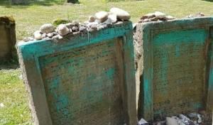 הקברים שחוללו
