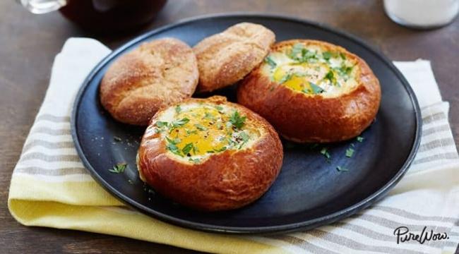 ביצה בקערת לחם אפויה