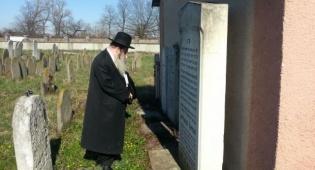 הרב גרוס בקבר הסבא