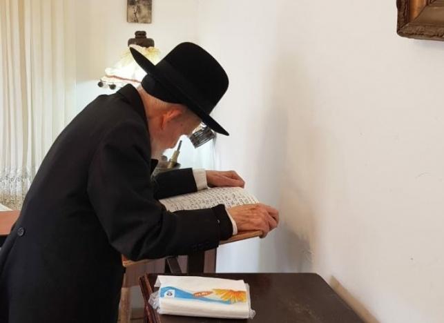 תפילת מנחה, היום. ראש הישיבה מתפלל לבד, בחדר השינה