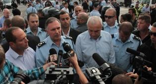 אהרונוביץ, דנינו וברקת בזירת הפיגוע, היום - 'מחבל שפוגע באזרחים דינו להיהרג'