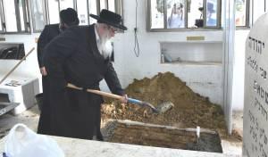 """בצאנז ציינו 30 להסתלקות הרבנית ע""""ה והקימו מצבה"""