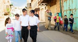 שניאור ואחיו מטיילים ברחובות חברון