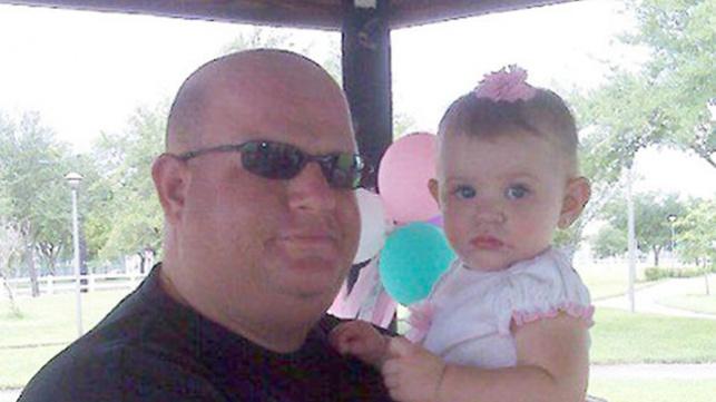 המאבטח פייז עם בתו הקטנה