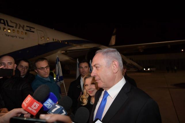 נתניהו ליד המטוס לפני המראתו מישראל